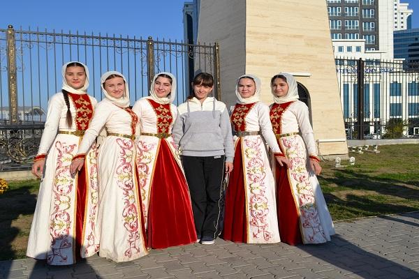 Эля с девочками Грозный.jpg